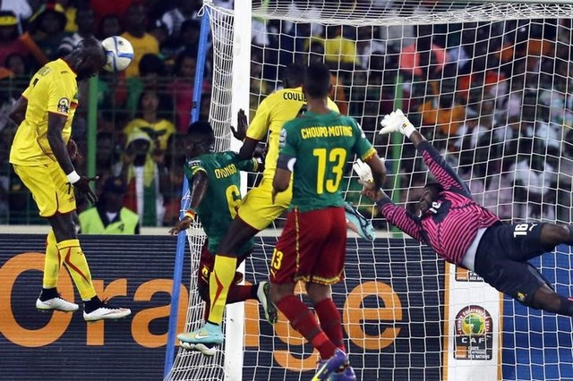 Bakary Sako (L) of Mali heads the ball during their 2015 African Cup of Nations Group D soccer match against Cameroon in Malabo January 20, 2015. REUTERS/Amr Abdallah Dalsh