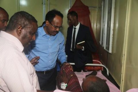 President Farmaajo visited victims of the terror attack at Medina Hospital last night. Photo: Villa Somalia
