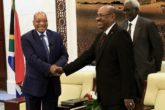 Sudan's President Omar al-Bashir greets his South African counterpart Jacob Zuma (L) at the Palace in Khartoum February 1, 2015.    REUTERS/ Mohamed Nureldin Abdallah