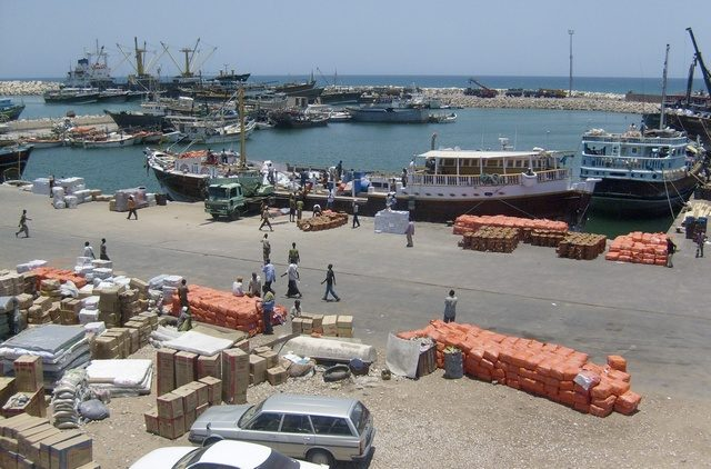 A general view shows activity at Somali's northern port town of Bosasso, November 24, 2008. Somali pirates holding a Saudi supertanker after the largest hijacking in maritime history have reduced their ransom demand to $15 million, an Islamist leader and regional maritime group both said on Monday. REUTERS/Abdiqani Hassan (SOMALIA)