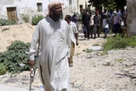 Sheikh Muktar Robow Abuu Mansuur, a senior official of the Al-Shabaab group, walks along the frontline, north of Mogadishu, June 29, 2010. REUTERS/Omar Faruk (SOMALIA - Tags: POLITICS CIVIL UNREST)
